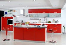 Biała kuchnia z czerwonymi meblami