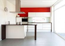 Biało-czerwone kolory ścian w kuchni