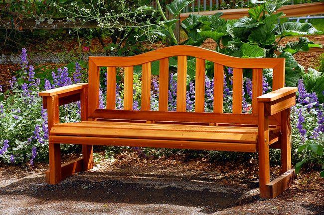 Drewniana ławka ogrodowa