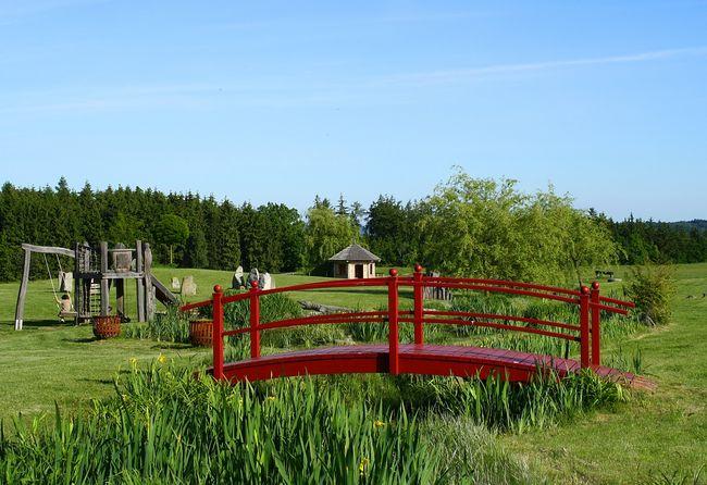 Ogrodowy mostek z drewna