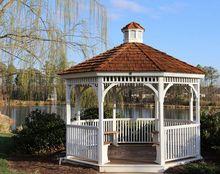 Biała altana ogrodowa