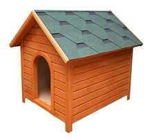 Drewniana buda dla psa pokryta gontem