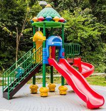 Plac zabaw w ogrodzie.