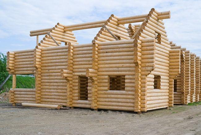 Budowa drewnianego domu z bali