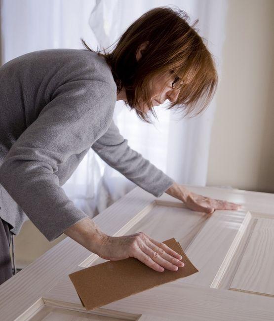 Wykorzystanie papieru ściernego to najprostszy sposób na oszlifowanie drewnianych drzwi
