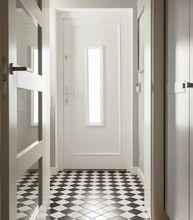Białe drzwi wejściowe