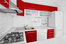 Kuchnia nowoczesna - biała i czerwona