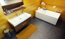 Łazienka z dużymi płytkami