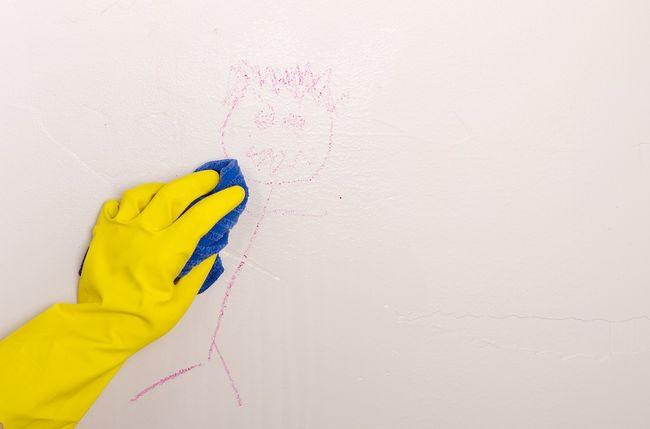 Usuwanie rysunku namalowanego przez dziecko ze ściany
