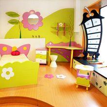 Kolorowy pokój należący do dziewczynki w wieku przedszkolnym