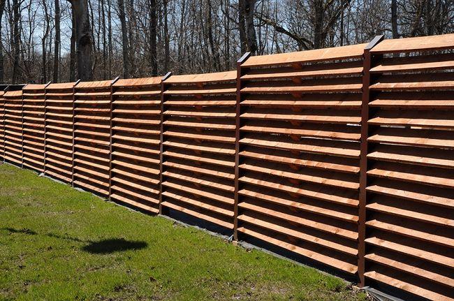 Ogrodzenie drewniane o nowoczesnym wyglądzie