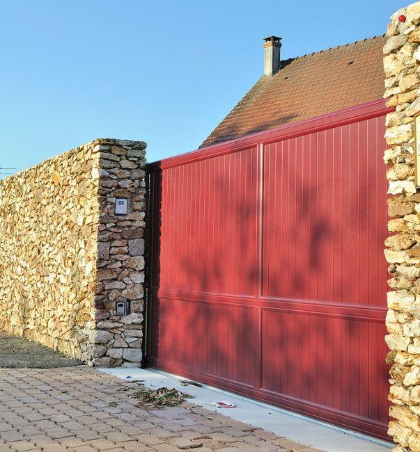 Забор каменный с деревянными воротами
