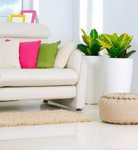 Biała podłoga w salonie