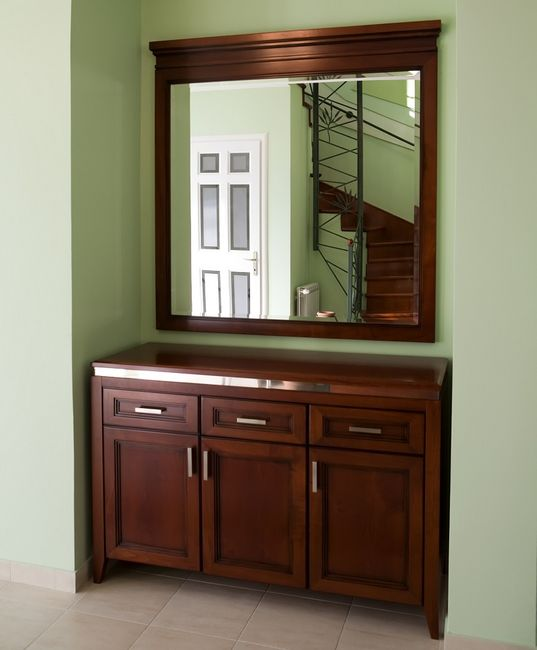 Komoda i lustro we wnęce korytarzowej