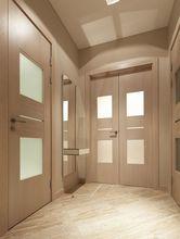 Drzwi, ściany i podłoga w zbliżonej kolorystyce przedpokoju