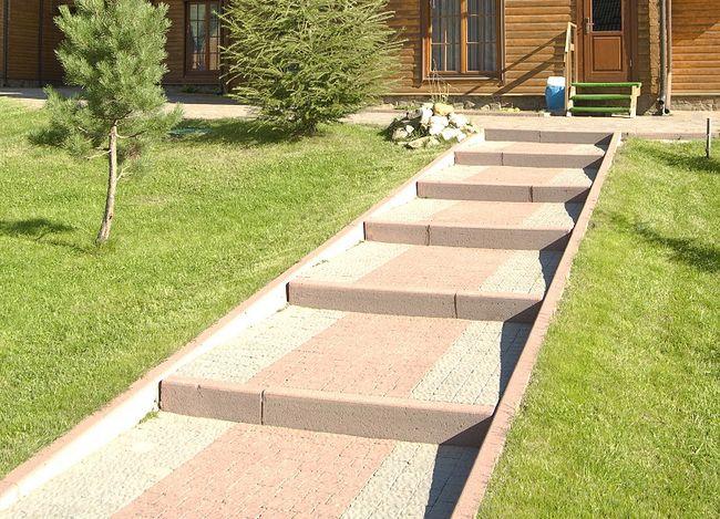 Schody w ogrodzie z kostki brukowej