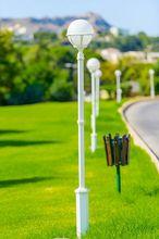 Białe latarnie w parku