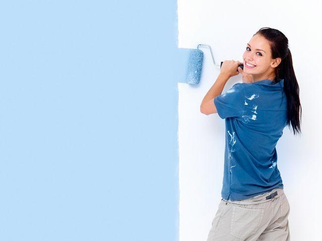 Malowanie ściany na niebiesko