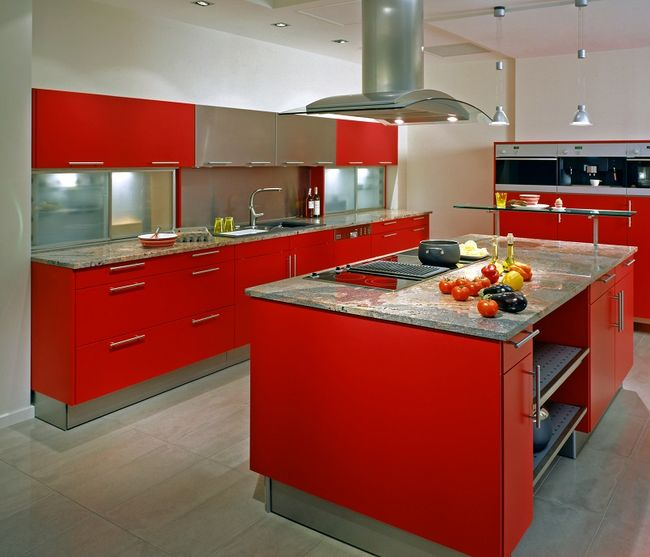 21 Sleek And Modern Metal Kitchen Designs: Czerwona Kuchnia Z Wyspą