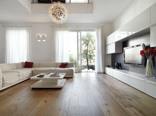 Nowoczesne wnętrze salonu z telewizorem powieszonym na ścianie