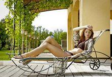 Odpoczynek na leżaku ogrodowym