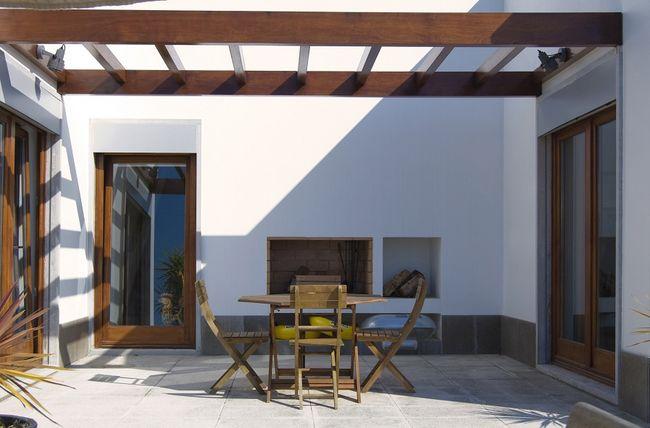 Dekoracyjne zadaszenie tarasu z belek drewnianych