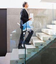 Schody z balustradą szklaną
