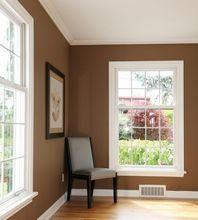 Biały sufit i brązowe ściany