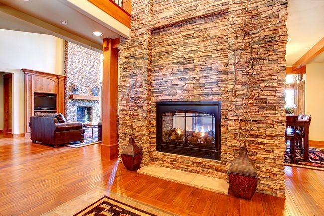 Kominek dwustronny harmonijnie scala pomieszczenia - Attractive home interior design using stone fireplace wall panels ...