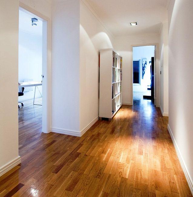 Drewniana podłoga na korytarzu