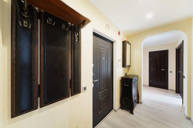 Wieszak, komoda i lustro na korytarzu