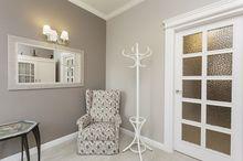 Klasyczny wieszak, fotel i lutro na korytarzu