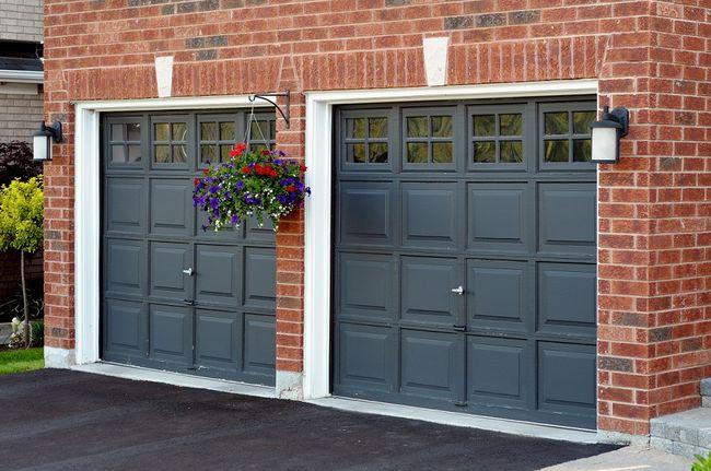 garage door color ideas for orangebrick house - Garaż dwustanowiskowy coraz częściej niezbędny
