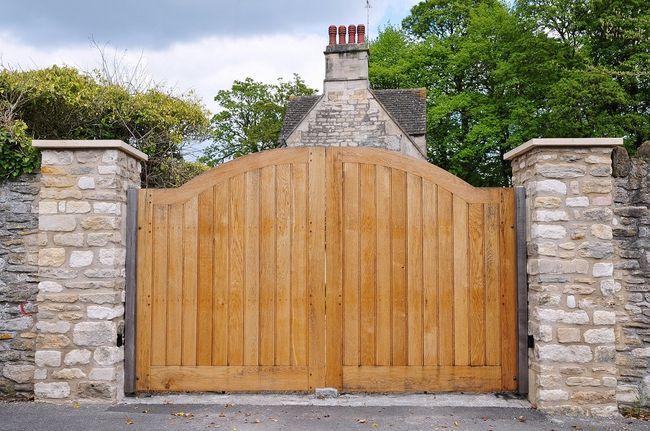 Drewniana brama wjazdowa