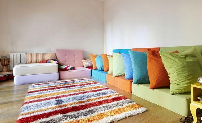 Kolorowy dywan w pokoju dziecka