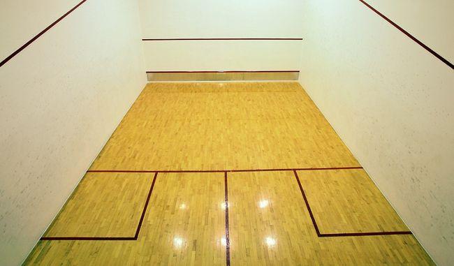 Podłoga sportowa na korcie squash