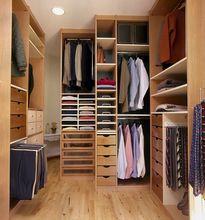 Pojemne meble w garderobie