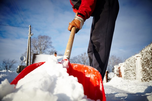 Łopaty, zgarniacze i szufle do śniegu - odśnieżanie posesji