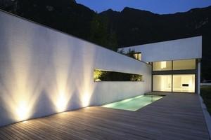 Kinkiety Zewnętrzne Oświetlające Przestrzeń Wokół Domu